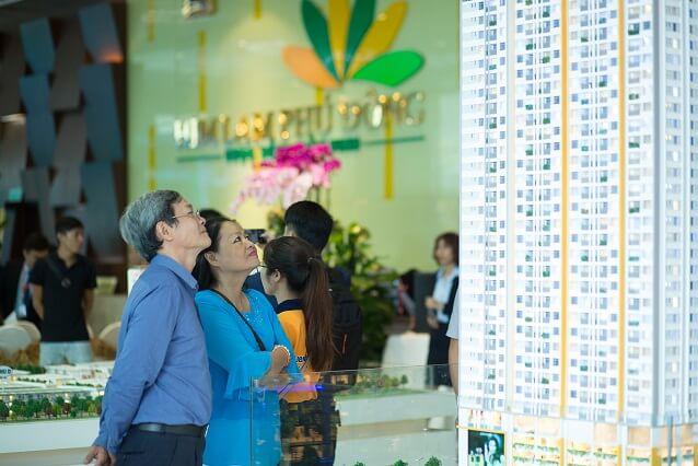 Khách hàng xem mô hình dự án căn hộ tại Tp.HCM . - Nghịch lý trên thị trường căn hộ: Sức mua giảm, giá vẫn leo thang