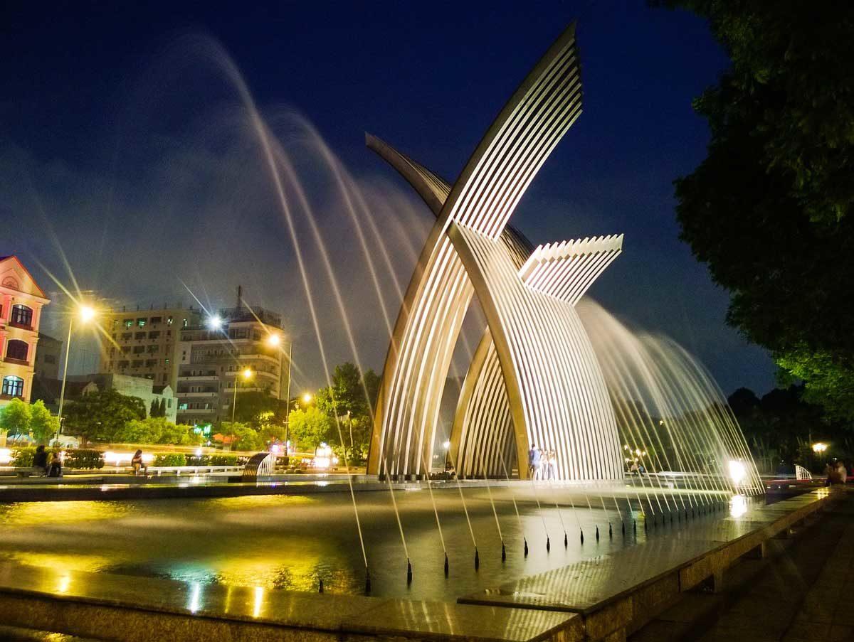 Góc Đài Phun Nước tại Công viên Hoàng Văn Thụ về đêm
