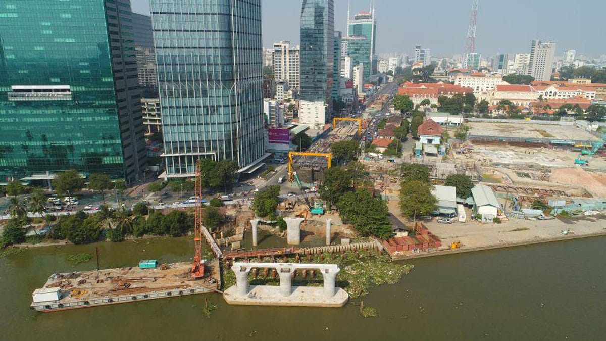 Phía bờ quận 1 nhà thầu đã thi công các trụ ra giữa sông nhưng trên bờ vẫn còn vướng mặt bằng - Cập nhật Tiến độ Thi công Cầu Thủ Thiêm 2 mới Nhất năm 2020