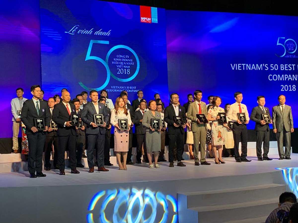 Ông Đinh Trọng Lễ – Giám đốc CNMN Tập đoàn Hà Đô thứ 5 từ phải sang đại diện nhận giải TOP 50 Công ty Kinh doanh hiệu quả nhất Việt Nam 2019 - CÔNG TY CỔ PHẦN TẬP ĐOÀN HÀ ĐÔ