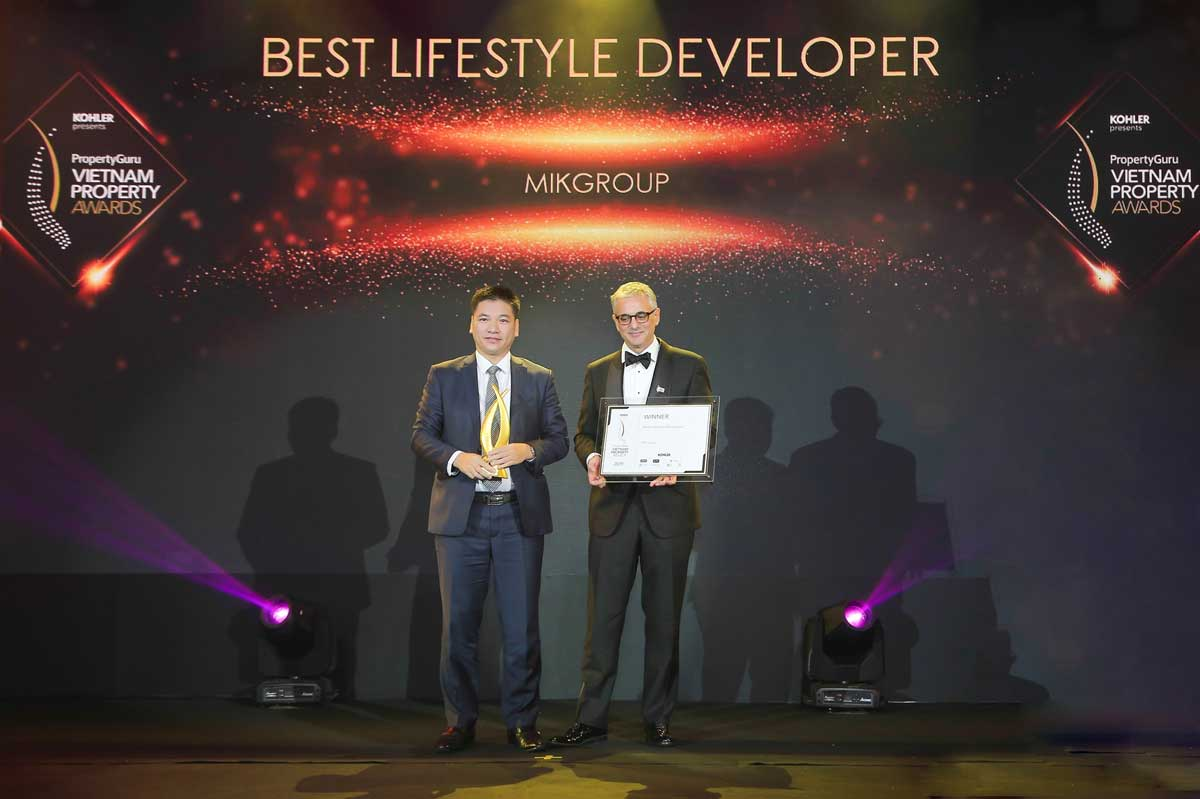 Ông Chu Thanh Hiếu Tổng GĐ MIK Home công ty thành viên thuộc Tập đoàn MIKGroup đại diện MIKGroup nhận giải thưởng The Best life Style Developer - CÔNG TY CỔ PHẦN TẬP ĐOÀN MIKGROUP VIỆT NAM