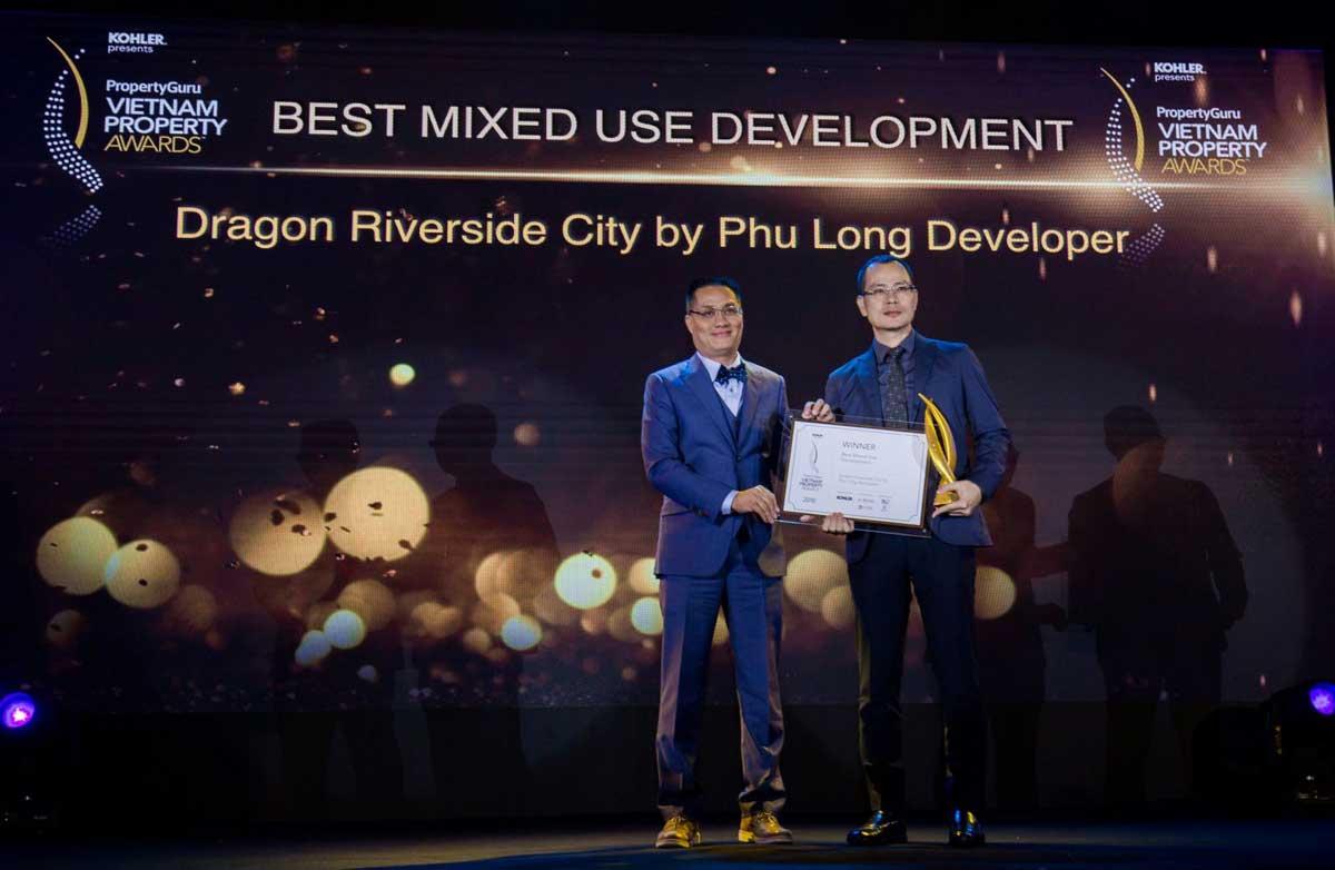 Ông Vũ Hoài Nam Phó Tổng Giám đốc Phú Long nhận giải thưởng - CÔNG TY CỔ PHẦN ĐỊA ỐC PHÚ LONG