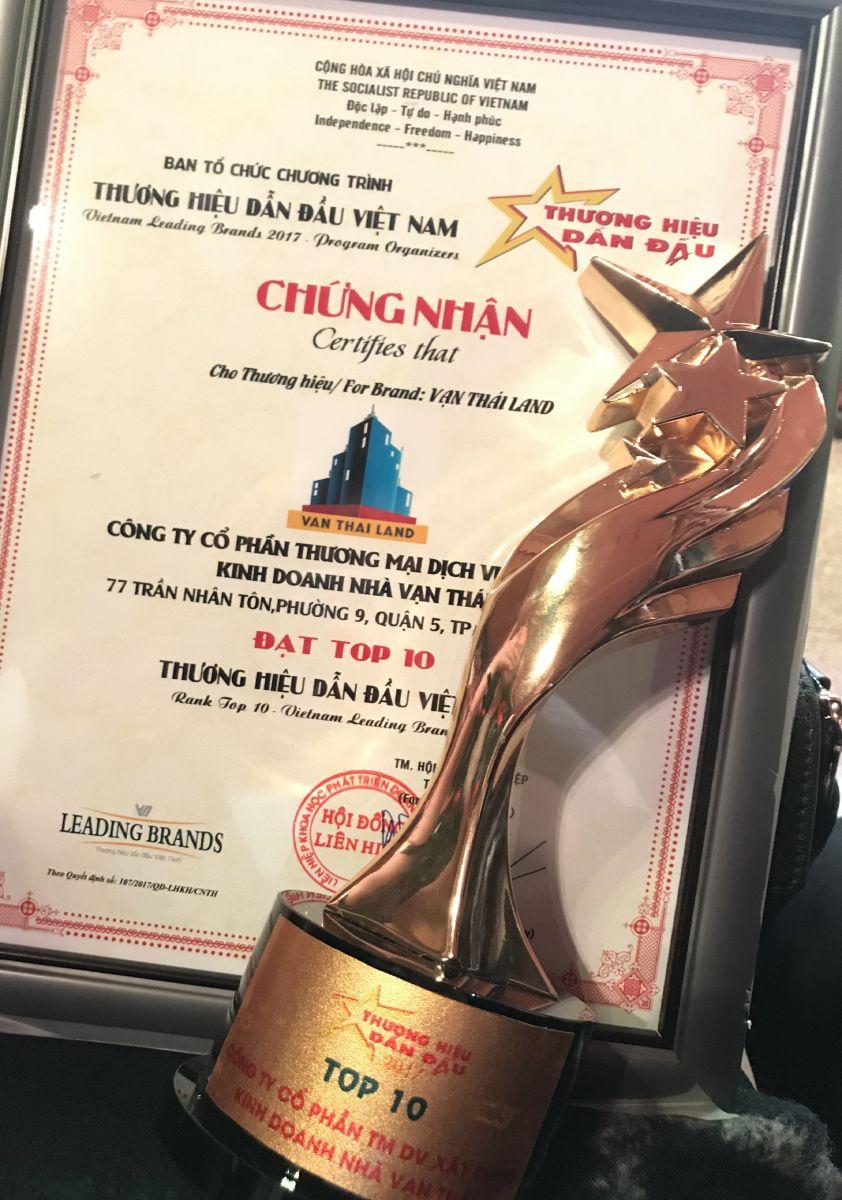 Vạn Thái Land vinh dự nhận cup Top 10 thương hiệu dẫn đầu Việt Nam 2017 từ Hội Liên hiệp Khoa học phát triển Doanh nghiệp Việt Nam - CÔNG TY CỔ PHẦN THƯƠNG MẠI DỊCH VỤ - XÂY DỰNG KINH DOANH NHÀ VẠN THÁI