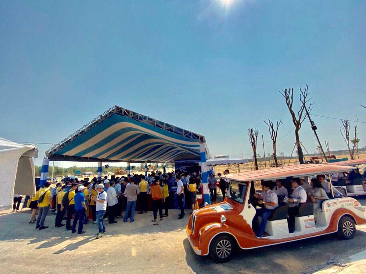 Đoàn xe điện đưa khách đi trải nghiệm thực tế dự án - Chúc mừng thành công Sự kiện tham quan dự án và giữ suất ưu tiên giỏ hàng đợt 2 Kỳ Co Gateway