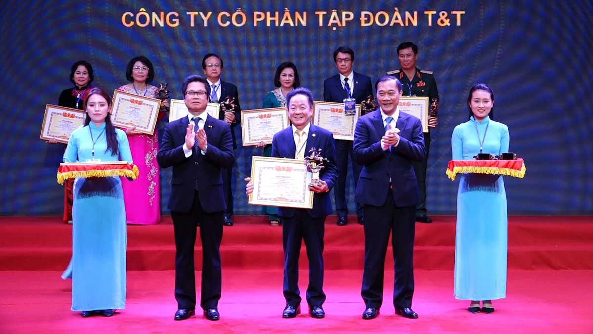 Chủ tịch HĐQT kiêm Tổng Giám đốc Tập đoàn TT Group Đỗ Quang Hiển nhận Cup Thánh Gióng của VCCI - TẬP ĐOÀN T&T GROUP
