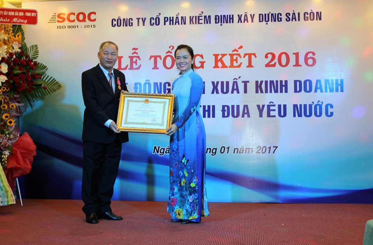 Ông Hoàng Đôn Dũng Chủ tịch HĐQT Tổng Giám đốc Cty SCQC đón nhận Huân chương Lao động hạng Nhì - CÔNG TY CỔ PHẦN KIỂM ĐỊNH XÂY DỰNG SÀI GÒN – SCQC