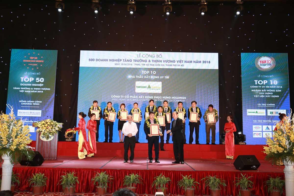 Ông Trần Huy Tưởng Tổng giám đốc Phục Hưng Holdings nhận Top 10 Nhà thầu Xây dựng uy tín - CÔNG TY CỔ PHẦN XÂY DỰNG PHỤC HƯNG HOLDINGS