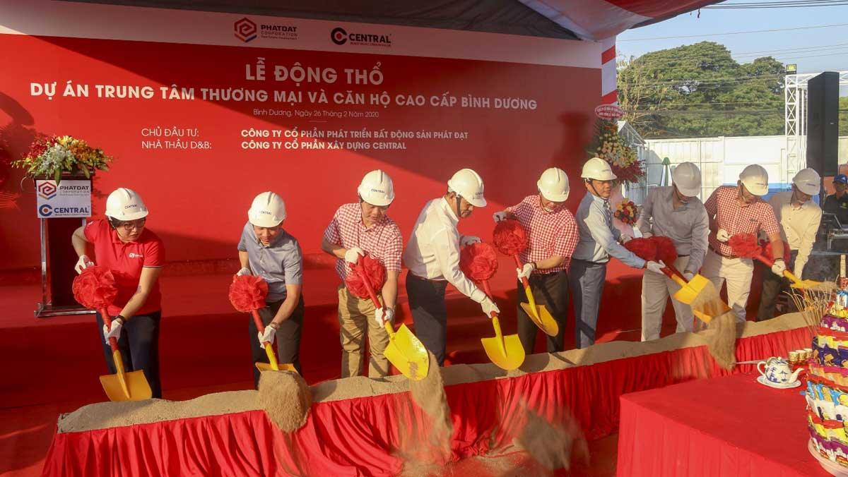 Ban lãnh đạo Phát Đạt và Central cùng thực hiện nghi thức xúc cát khởi công
