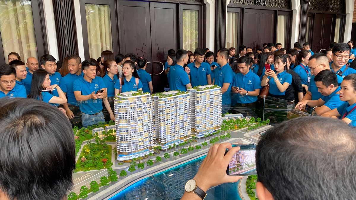 Đông đảo Sales tham quan Sa Bàn tại Lễ ra quân Dự án The Aston Luxury Residence Nha Trang