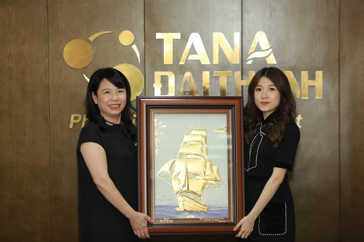Ba Nguyen Thi Mai Phuong – Chu tich Tap doan Tan A Dai Thanh chuc mung Pho Tong Giam doc Tap doan Meyland – Ba Nguyen Phuong Anh - TẬP ĐOÀN TÂN Á ĐẠI THÀNH