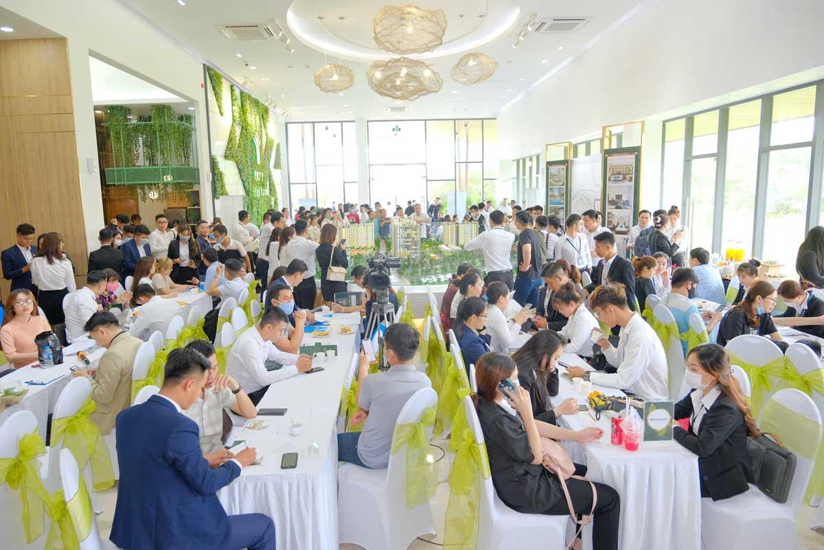 khach hang tham gia mo ban rat dong can ho picity high park ngay 04 thang 04 nam 2021 - Lễ Ký kết hợp đồng mua bán dành cho khách hàng lựa chọn căn hộ Park 3 và Park 5 Picity High Park